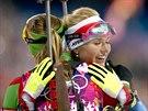 RADOST V CÍLI. Stříbrná biatlonistka Gabriela Soukalová objímá v cíli zlatou...