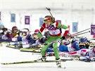 Běloruská biatlonistka Darja Domračevová (vpředu) zvítězila v závodu na 12,5...