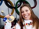 Vítězka snowboardcrossu Eva Samková se zlatou olympijskou medailí v centu Soči....