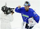 POSTUP. Slovinský gólman Robert Kristan slaví výhru 4:0 nad Rakouskem.  (18....