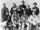 ��st indi�nsk�ch bojovn�k� z kmene �ippew�, kte�� cestovali na lodi.