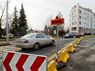 Dopravní omezení na Pražské třídě v Hradci Králové kvůli podemletému mostku.