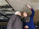 Autorka stropní mozaiky Eliška Rožatová (vlevo) si po dlouhých letech prohlíží...