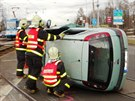 Vůz Opel Corsa skončil převrácený na střeše v křižovatce Výškovické a Pavlovovy...