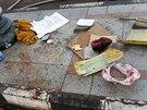 Zakrvácené předměty ležící před autobusem, který explodoval v egyptské Tabě na...