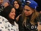 Cara Delevingne s opilou Rodriguezovou na basketbalov�m z�pase.