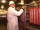 Anton�n Matek p�i kontrole fermentovan�ch uzenin.