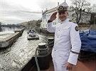 Po Vltavě táhl po 35 letech remorkér nákladní loď.