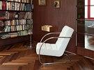 Knihovna se skleněnými policemi působí subtilním dojmem. Zdroj: www.mujdum.cz