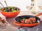 I keramické nádobí volí výrazné barvy.