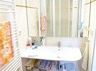 Koupelna je vybavena sprchovým koutem a umyvadlem.