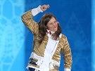 Eva Samková si skáče na stupně vítězů pro  zlatou medaili.