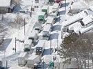 Na hlavním tahu ve městě Karuizawa uvěznil sníh řadu kamionů a nákladních aut...