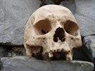 První ze dvou lebek nalezených v pátek na Přerovsku ležela na památníku...