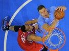 Blake Griffin (vpravo) z LA Clippers se pokouší o smeč přes Evana Turnera z...