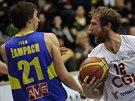 Ústecký basketbalista Adam Žampach (vlevo) něčím nepotěšil děčínského Roberta...