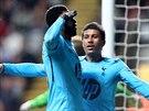 K SLUŽBÁM.  Emmanuel Adebayor z Tottenhamu (vlevo) oslavuje branku, kterou...
