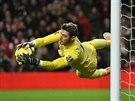 MÁM! Gólman Manchesteru United David De Gea zasahuje v zápase s Arsenalem.