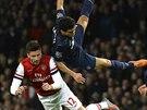 VZDUŠNÁ AKROBACIE. Rafael z Manchesteru United (vpravo) a Olivier Giroud z...