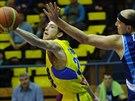 Momentka z basketbalového duelu mezi Ústím nad Labem (žlutá) a Kolínem