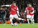 TOHLE NEDAL... Mesut Özil z Arsenalu měl možnost poslat svůj klub proti Bayernu...
