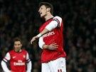 SAKRYŠ... Záložník Arsenalu Mesut Özil lituje zahozené penalty proti Bayernu...