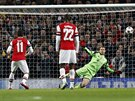 MIMO. Penaltová střela záložníka Arsenalu Mesuta Özila (s číslem 11) brankou...