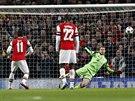 MIMO. Penaltov� st�ela z�lo�n�ka Arsenalu Mesuta �zila (s ��slem 11) brankou...