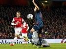 FAUL! Když gólman Arsenalu Wojciech Szczesný (dole) takhle fauloval Arjena