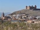 Renesanční zámek Calahorra dominuje vyprahlé krajině na severním úbočí Sierry