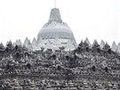Chr�mov� komplex Borobudur p�ed sope�n�m prachem chr�nil igelit (14. �nora...