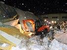 Dělníci prohledávají trosky zřícené haly v jihokorejském městě Kjongdžu  (18....