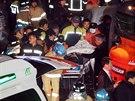 Záchranáři odnášejí raněné po tom, co se v jihokorejském Kjongdžu zřítila...