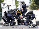 Thajští policisté se snaží pomoci svému kolegovi, kterého zranil výbuch nálože...