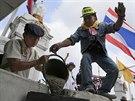 Protivládní demonstranté betonují zábrany před sídlem premiérky Jinglak...