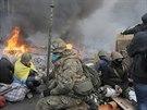 Demonstranti odpočívají u hořících barikád (Kyjev, 19. února 2014)