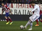 G�L. Cristiano Ronaldo z Realu Madrid prom��uje penaltu proti Atl�tiku.