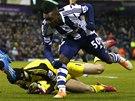 MÁM! Petr Čech, brankář Chelsea, chytá míč před Thievyem Bifoumou z West