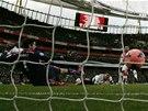 LET� DO S�T�. Alex Oxlade-Chamberlain z Arsenalu (vpravo) sk�ruje proti