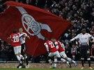 ODPLATA SE DA��. Fotbalist� Arsenalu se raduj� z g�lu Lukase Podolsk�ho