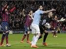 SAMÝ ÚDIV. Fotbalisté Manchesteru City i Barcelony se obracejí na rozhodčího.
