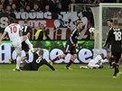 TREFA NA 3:0. Zlatan Ibrahimovic z Paris St. Germain (vlevo) střílí svůj druhý