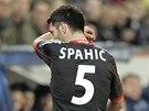 DOHRÁL. Emir Spahic z Leverkusenu dostal v duelu s Paris St. Germain červenou
