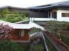 Zelen� terasy atriov� zahrady p�ipom�naj� modern� z�mek.