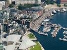 Letecký pohled na Oslo. V popředí nová budova muzea moderního umění Tjuvholmen...