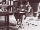 Hanna a Ernst v křesle Tugendhat v knihovně