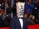 Shia LaBeouf dorazil na premiéru Nymfomanky s papírovým pytlem na hlavě...