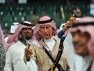 Britský princ Charles při tradičním saúdském tanci s mečem (Rijád, 18. února...
