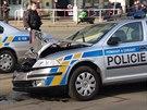 Ujíždějící řidič naboural při honičce policejní auto