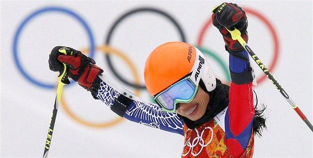 Thajská reprezentantka a sv�toznámá houslistka  Vanessa Mae v cíli olympijského...
